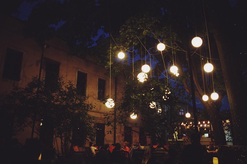 podwórko lublin noc