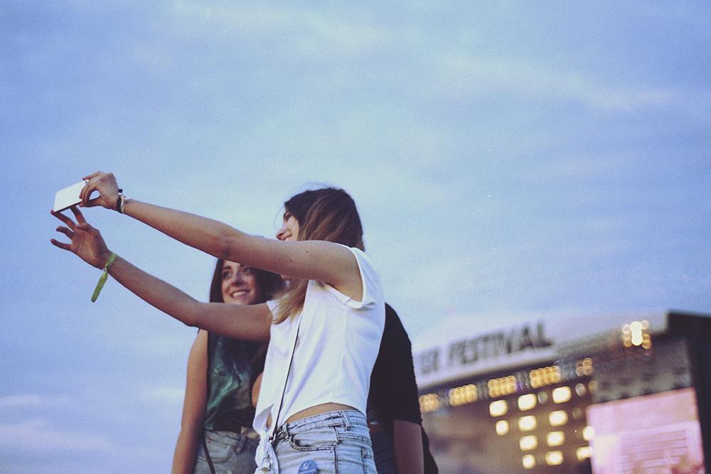 opener festival selfie